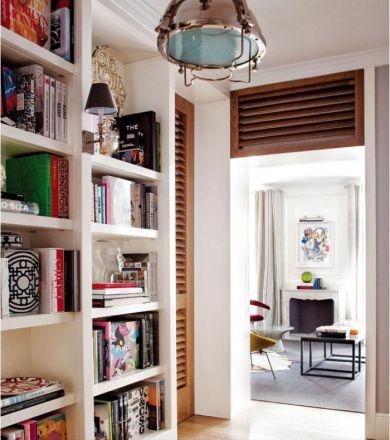 Apartamento clásico. Bookshelf at the entrance