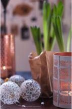 Bolas de Navidad juegan con velas y bulbos