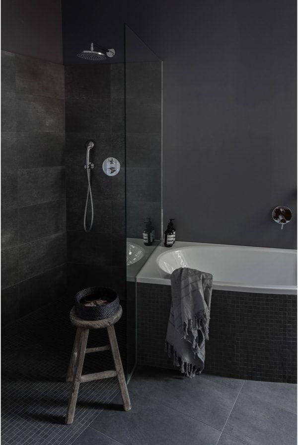 Zona de ducha y baño con tonos grises oscuros