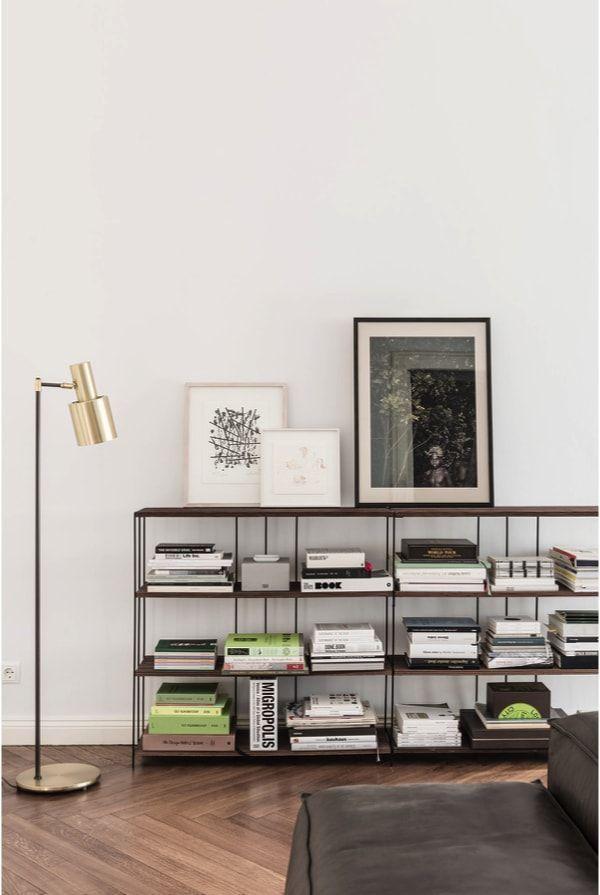 Detalle de estantería metálica en apartamento masculino