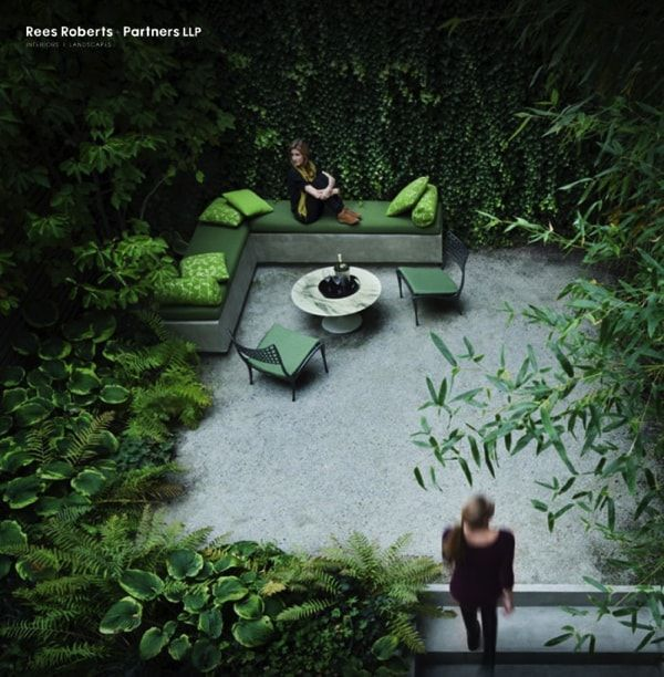 Jardin rodeado de una profusa vegetacion