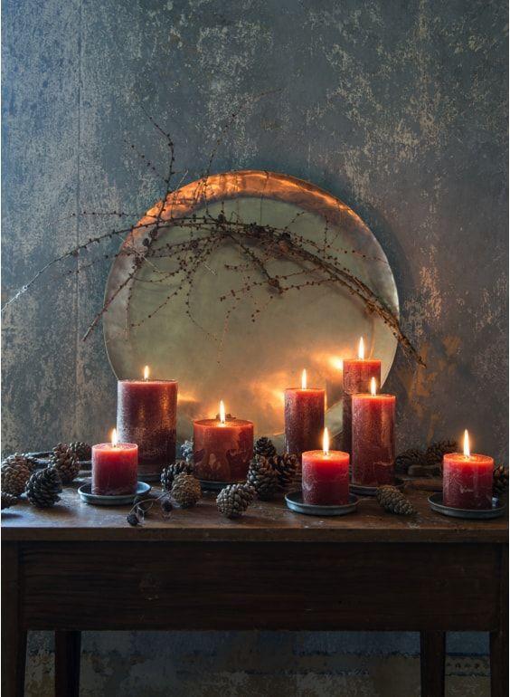 Navidades con acento nordico: velas, platitos y bandeja metalica de Affari