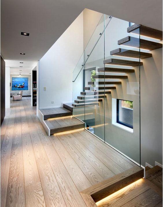 escaleras de chalet, cristal de suelo a techo