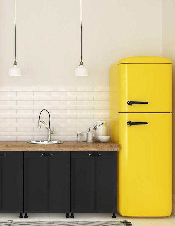 cocina negra estilo retro con nevera amarilla