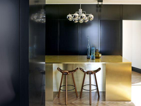 decoralinks | cocina negra con isla metal dorado