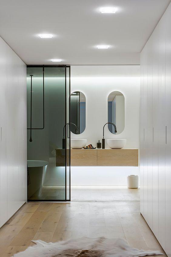 decoralinks | how to make your bathroom look bigger - puertas acristaladas