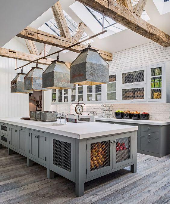 decoralinks   cocina gris y blanca con tragaluces y vigas de madera en la casa de campo de Diane keaton