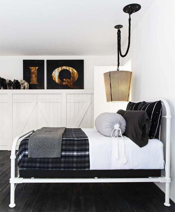 decoralinks | cama de hierro blanco con colcha de tartan y armario de lamas de madera