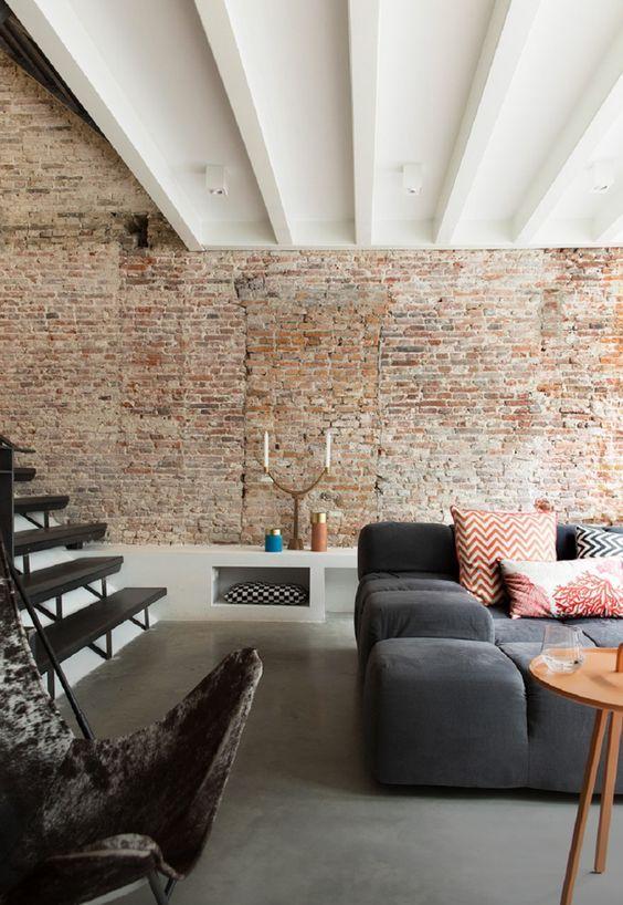 decoralinks | casa en amsterdam. salon con pared de ladrillo visto y sofa de patricia urquiola