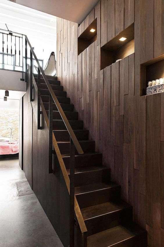 decoralinks | bajada al sotano con armario de madera con hornacinas