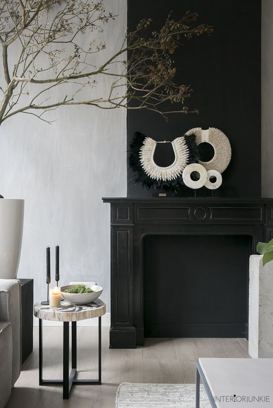 decoralinks | salon con chimenea negra y detalles tribales