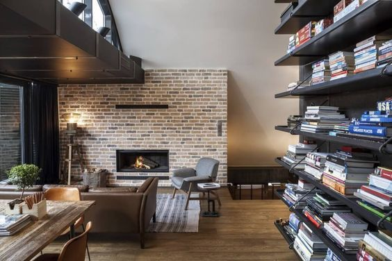 decoralinks   apartamento loft industrial - salon con chimenea y pared de ladrillo