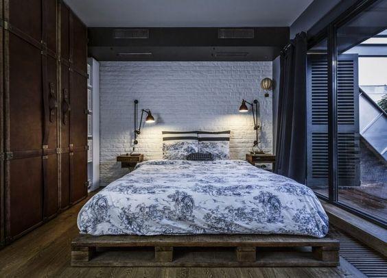 decoralinks   apartamento loft industrial - dormitorio con pared de ladrillo y base de la cama con pallets