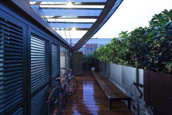 decoralinks | apartamento loft industrial - terraza con maceteros de aluminio