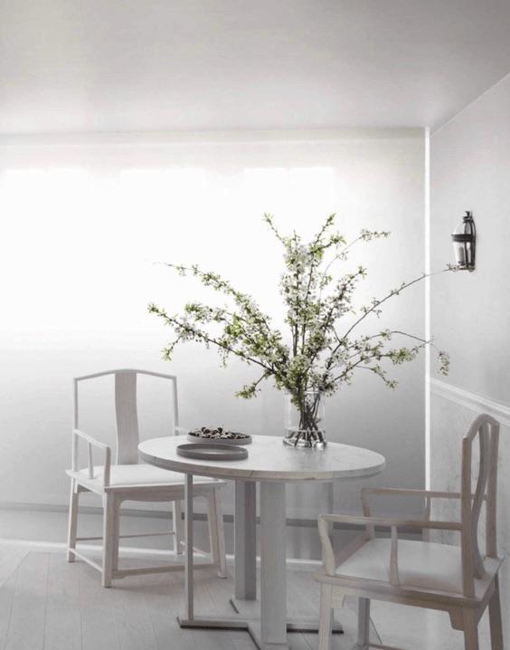 decoralinks| ramas con flores blancas en comedor blanco