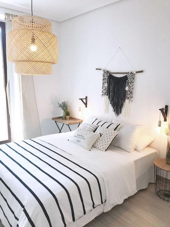 decoralinks | dormitorio blanco con lampara fibra ikea y tapiz macrame