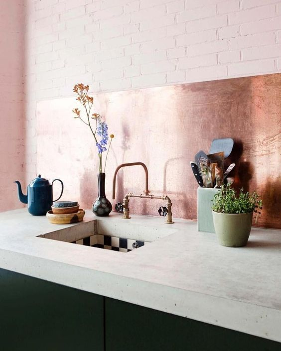 decoralinks | cocina rosa con antepecho de cobre y muebles verde botella