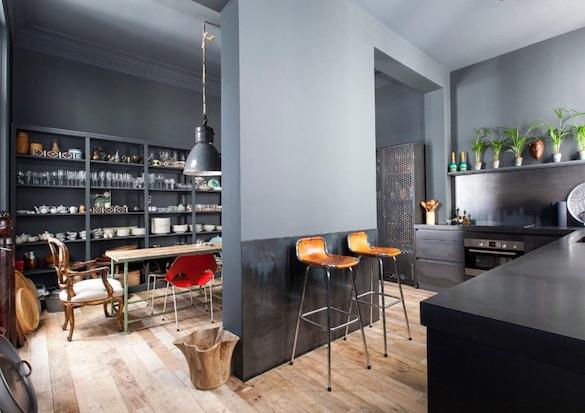decoralinks   cocina separada del comedor toda pintada en gris ceniza estilo industrial