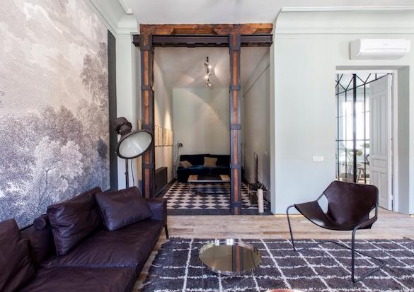 decoralinks | salon estilo masculino con mural en blanco y negro y vigas de madera y hierro