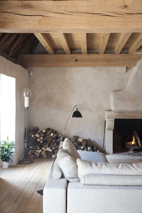 decoralinks | salon con planchas de madera y entramado de vigas