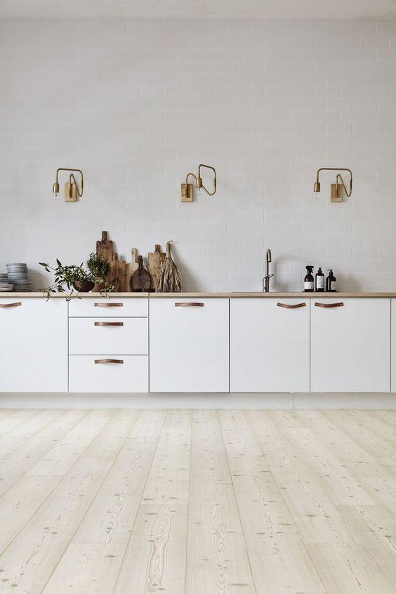 decoralinks | cocina blanca actualizada con tiradores de cuero y lamparas doradas