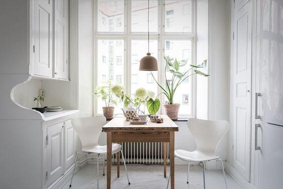 decoralinks | las cocinas blancas tradicionales se pueden actualizar (aqui con las sillas Ant)