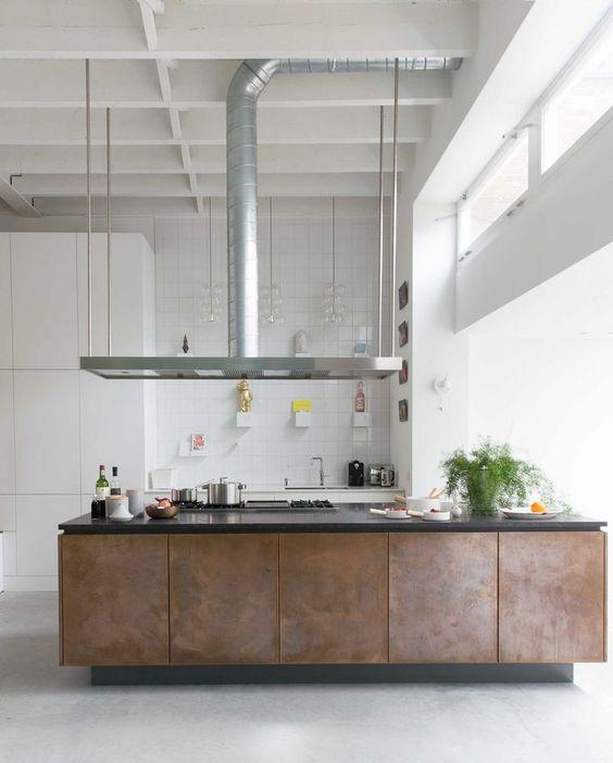 decoralinks | isla revestida de metal en cocina blanca