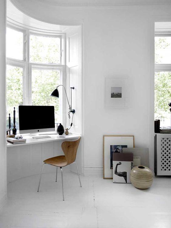 decoralinks | una balda situada en la ventana funciona como escritorio
