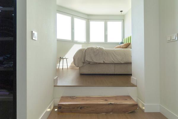 decoralinks | reforma atico - dormitorio elevado con mucha luz