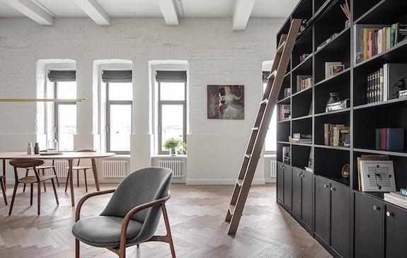 decoralinks | #casa #libreriaconescalera #salon #livingroom #comedor #ventanales #ladrillovistoblanco #vigas