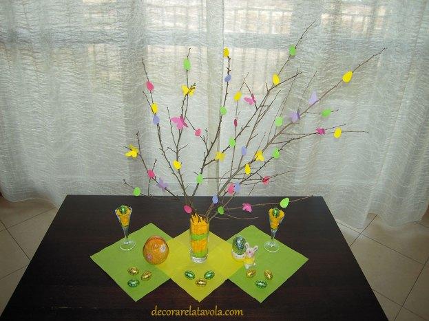 Centrotavola per Pasqua con rami decorati foto 1