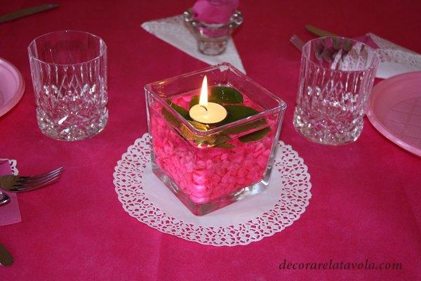 Centrotavola vaso con sassolini rosa