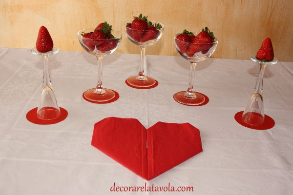 Decorazione romantica con fragole