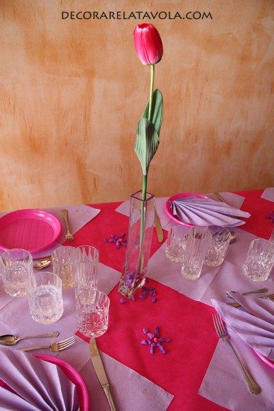 Tavola decorata con tovaglioli e fiori