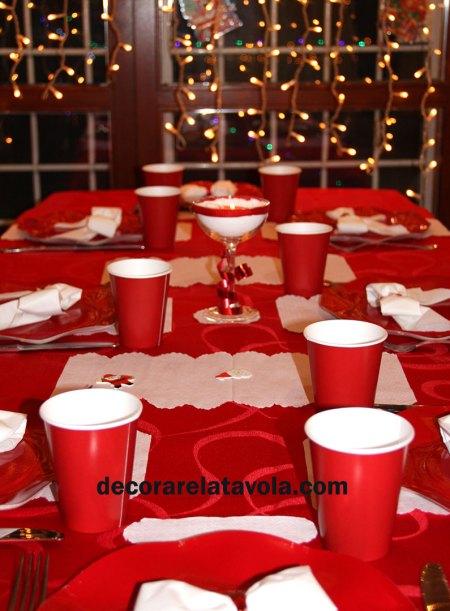 Tavola rossa per Natale con fiocchi
