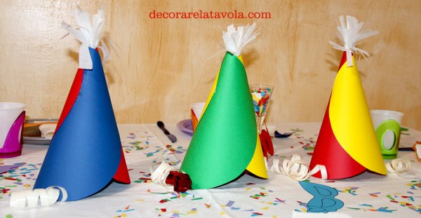 Centrotavola per Carnevale con cappellini e cannucce