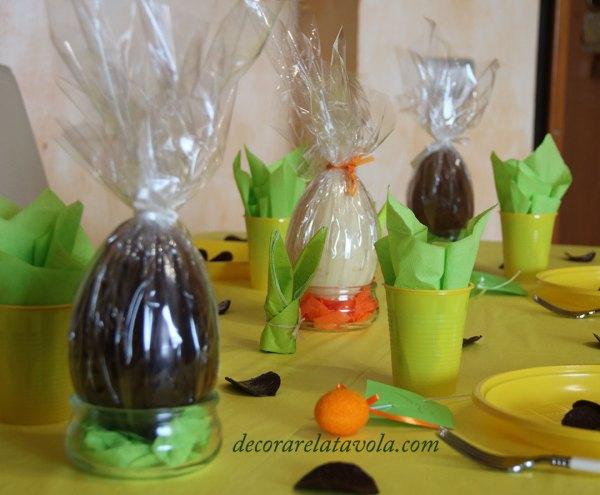 Tavola decorata a Pasqua con le uova