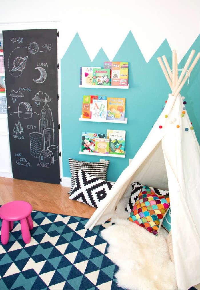 Μια προβιά σε παιδικό δωμάτιο προσδίδει πιο ζεστό και παιχνιδιάρικο χαρακτήρα.