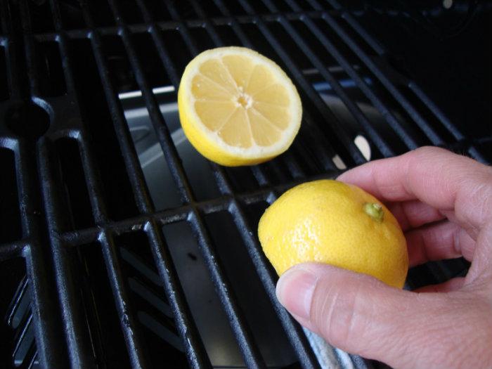 Καθάρισμα γκριλιέρας ή σχάρας με λεμόνι.