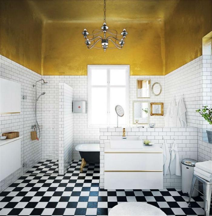 Το μπάνιο με χρυσό ταβάνι δεν χρειάζεται πολλά περισσότερα ως διακόσμηση!