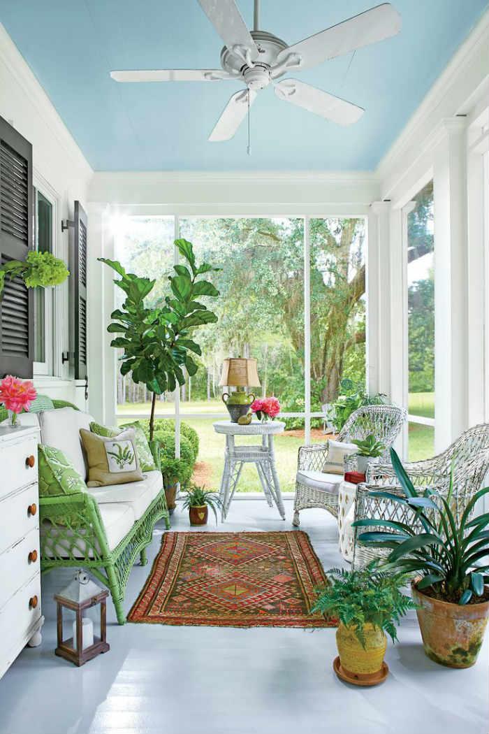 Από τα πιο ζωντανά και αισιόδοξα δωμάτια που έχουμε αντικρίσει με γαλάζιο παστέλ ταβάνι.