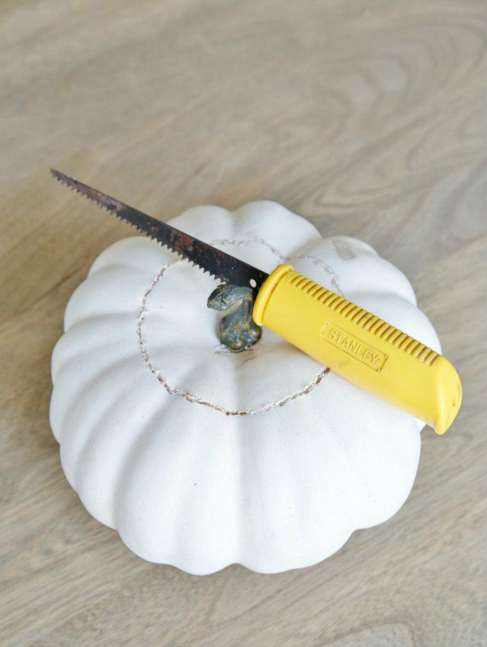 Μετά με ένα πριονωτό μαχαίρι ή πριόνι χειρός τελειώνεις την δουλειά!