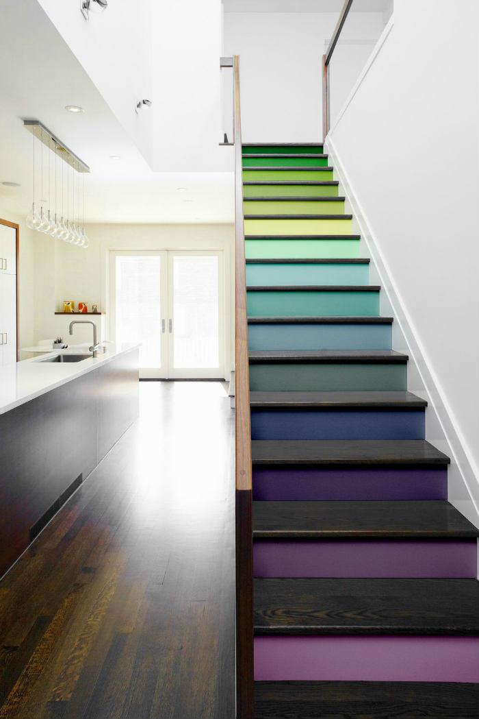 Μια πανέμορφη σκάλα με πολύχρωμα σκαλιά και σκούρο ξύλο!