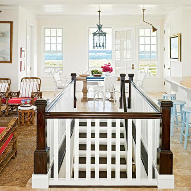 Σκάλα με όμορφη αντίθεση λευκού χρώματος και σκούρου ξύλου.
