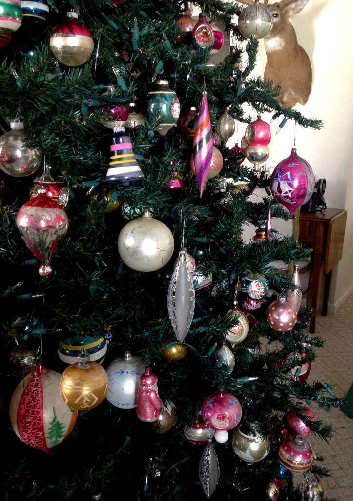 Decorating An Old Fashioned Christmas Tree Decoration Design