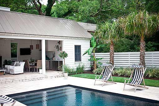 Una piscina con pabellón de verano para disfrutar en familia