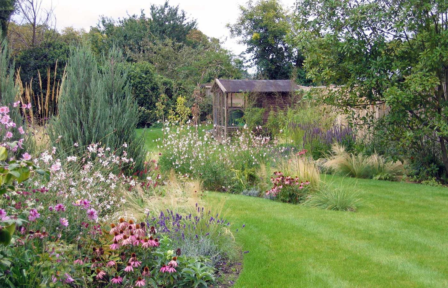 Stunning Country Cottage Gardens Ideas 6