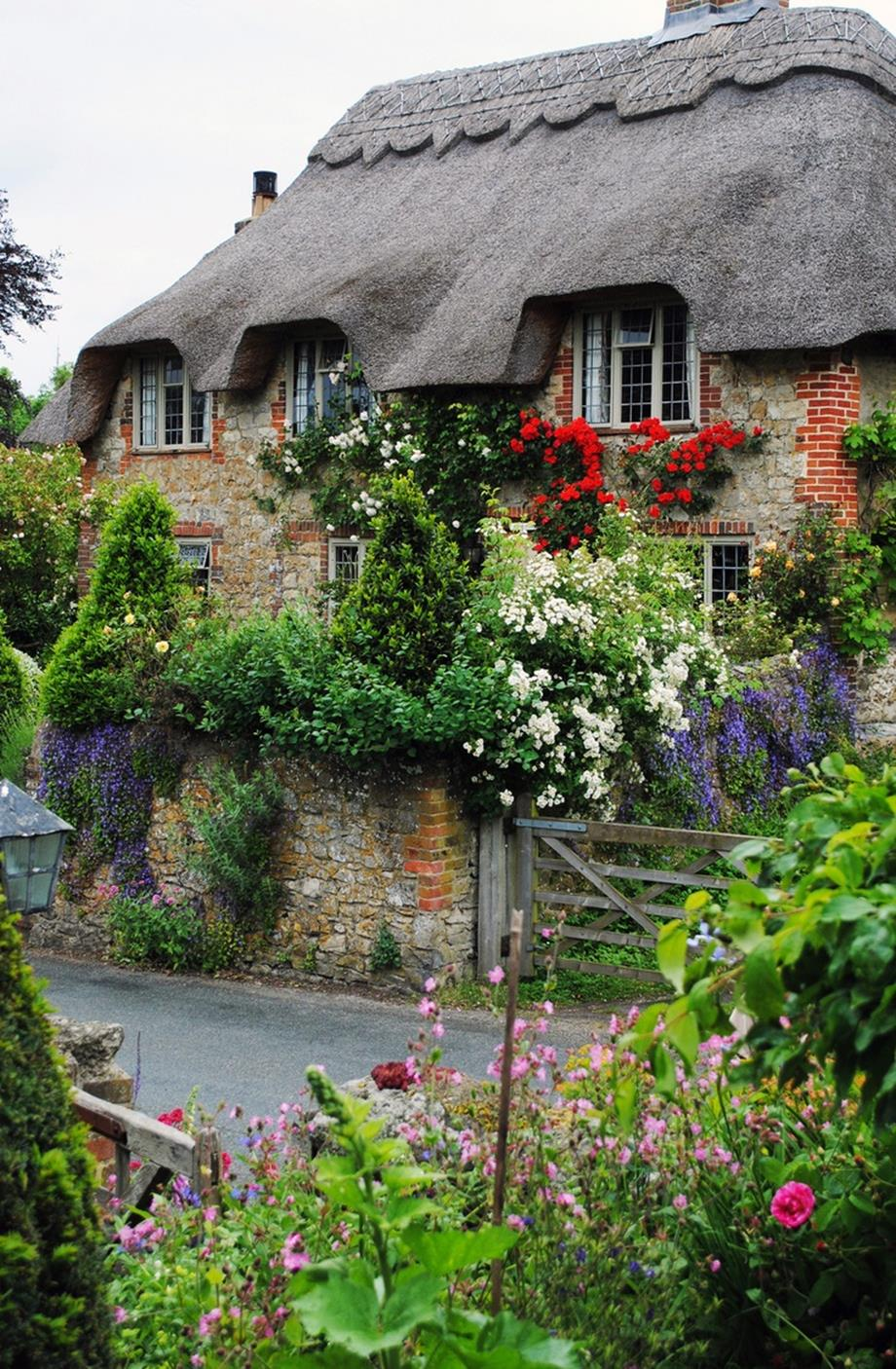 Stunning Country Cottage Gardens Ideas 7
