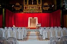 Décoration de la cérémonie laïque : tapis, pétales, arche; chaises et compositions florales