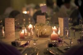 Décoration de table avec hortensia plongé en vase boule